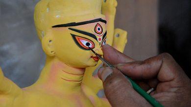 Photo of কুমোরপাড়ায় মহালয়ায় দেবীর হাতে গোনা চক্ষুদান, অনেক মূর্তির কেবল কাঠামো তৈরি